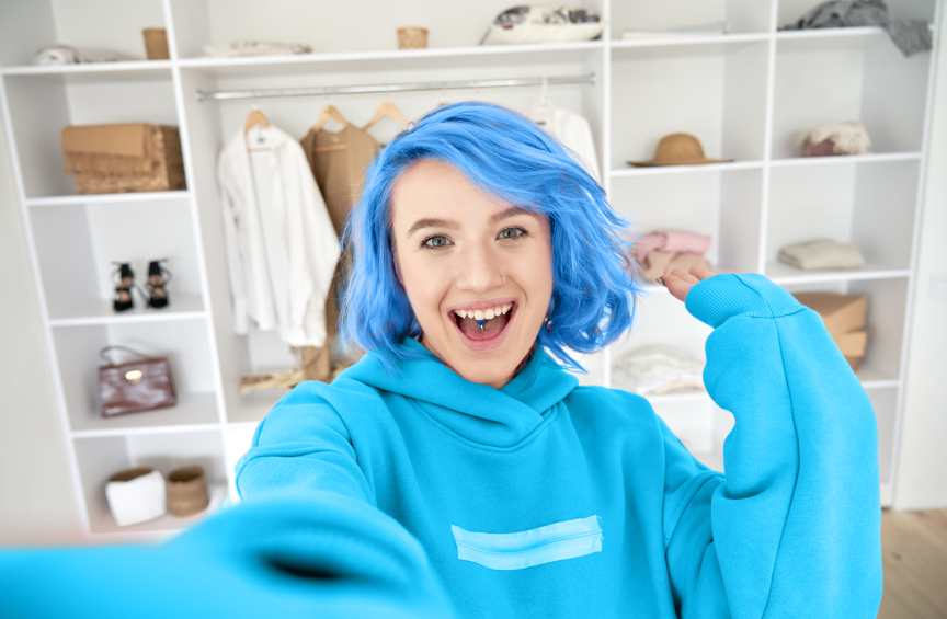 Influencer with blue hair making a selfie